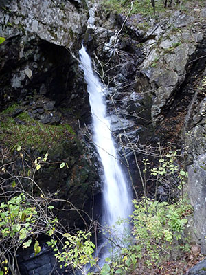 四万温泉の摩耶の滝