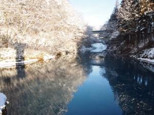 雪の四万川
