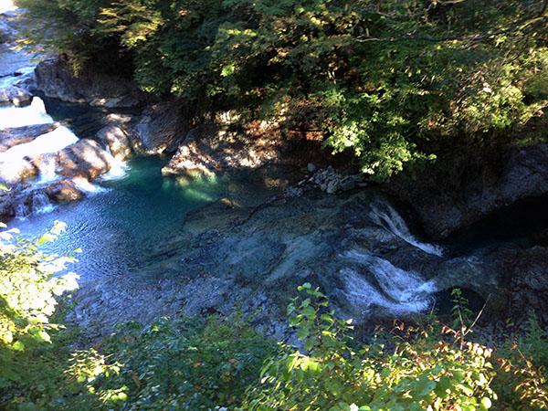 甌穴 四万温泉の紅葉