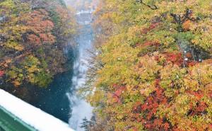 四万温泉の紅葉と雪
