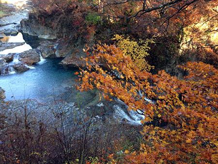 四万温泉、紅葉の甌穴までランニング
