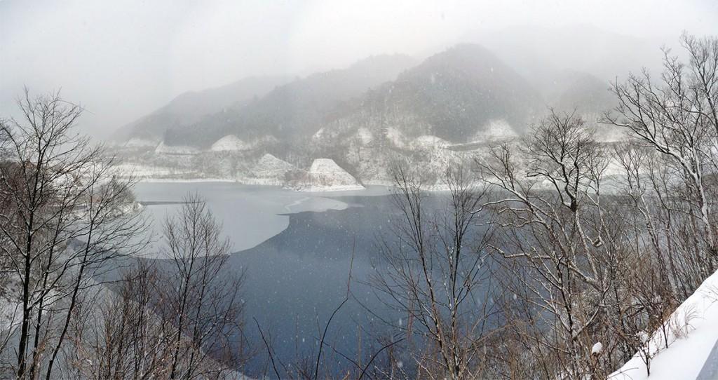 雪の奥四万湖