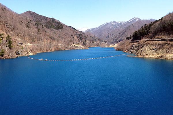 四万ブルーの奥四万湖