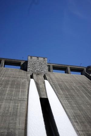 満水で放流している四万川ダム