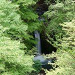 小泉の滝は車で簡単にアクセスできる四万温泉の滝です