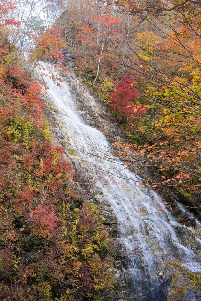 紅葉のしゃくなげの滝