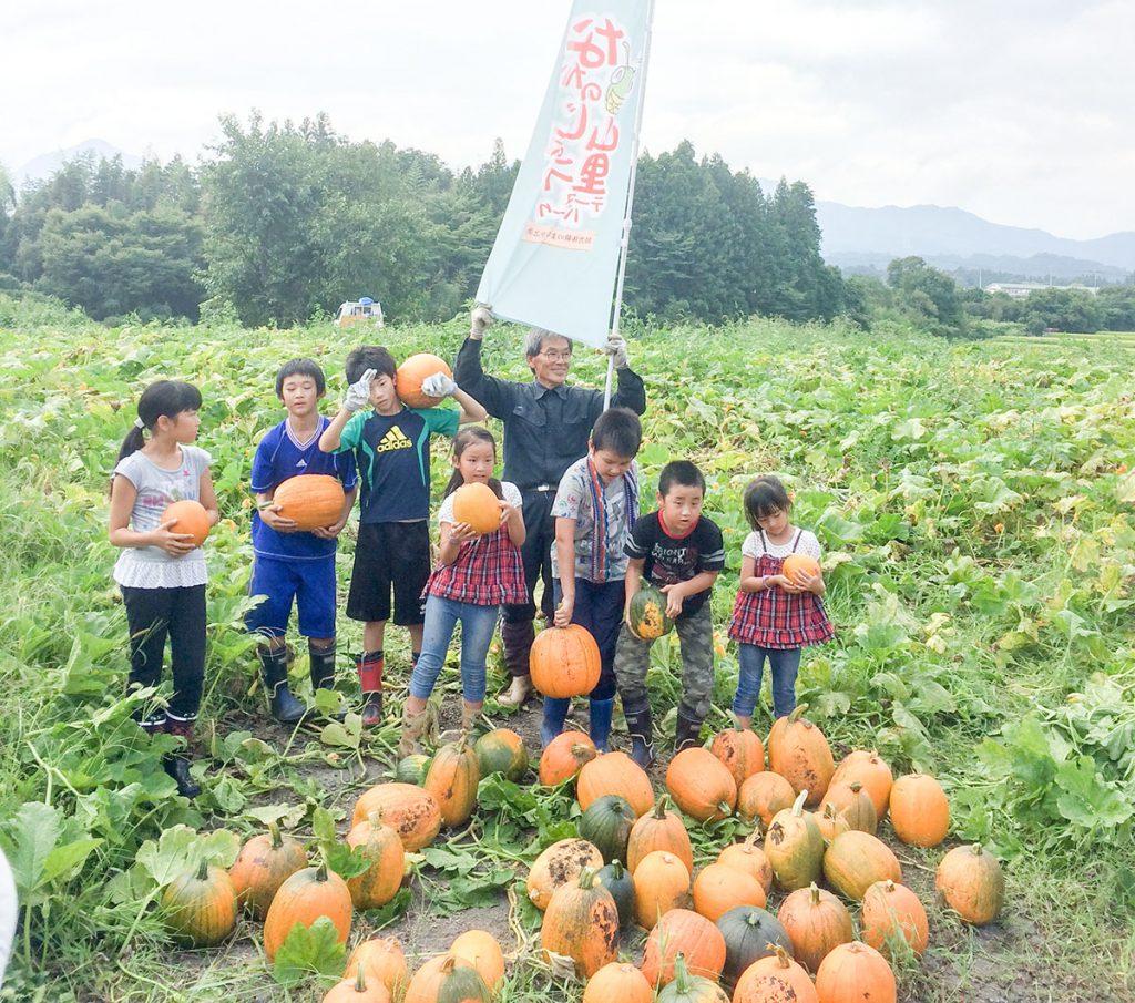 地域の子どもたちと収穫しました