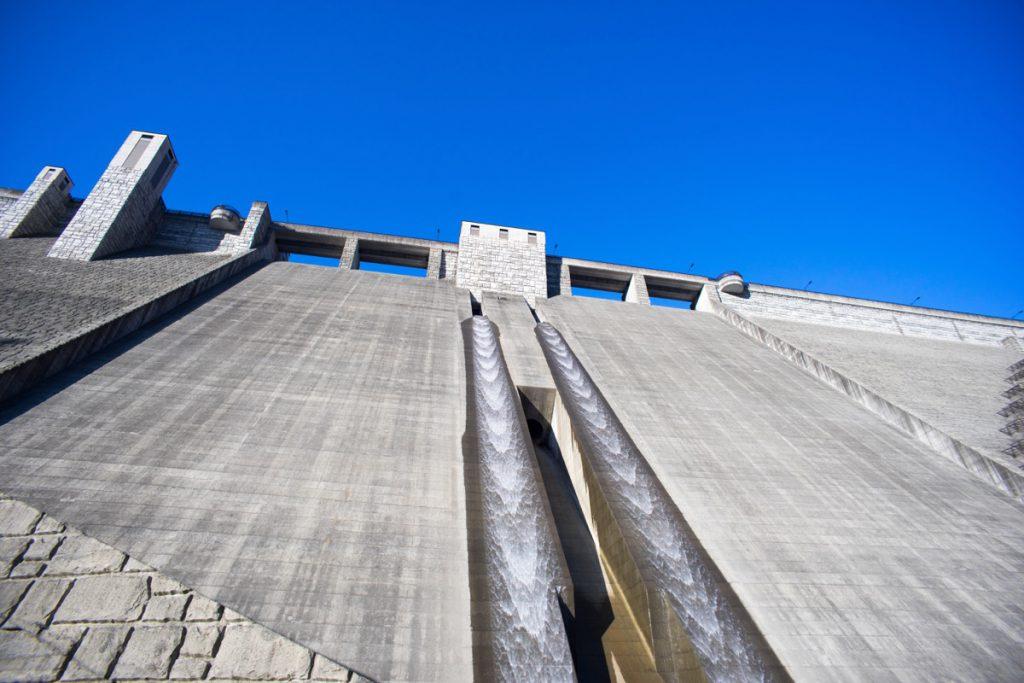 四万川ダムの放水