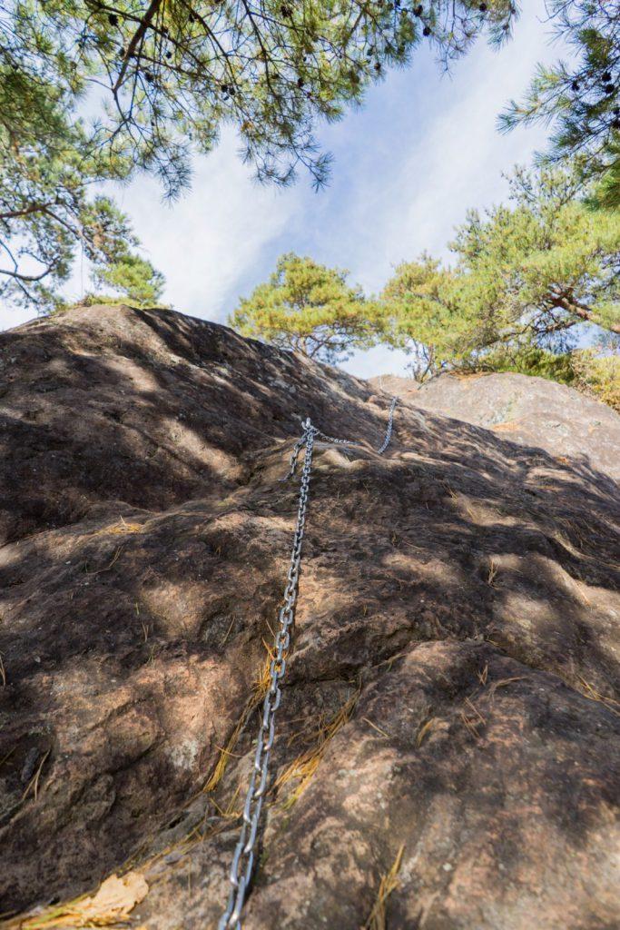 山頂直下の鎖場