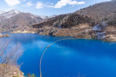 冬の奥四万湖