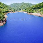 奥四万湖 神秘的なブルーの湖面やカヌーが楽しめる四万温泉の名所