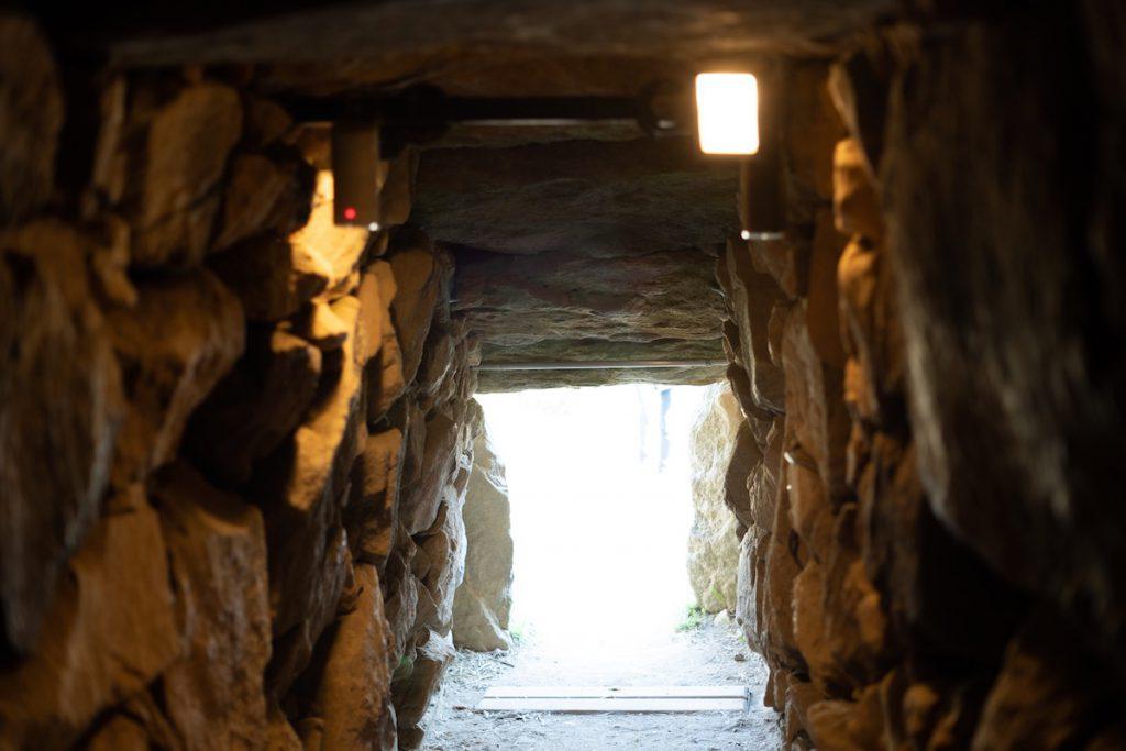 石室内から外を