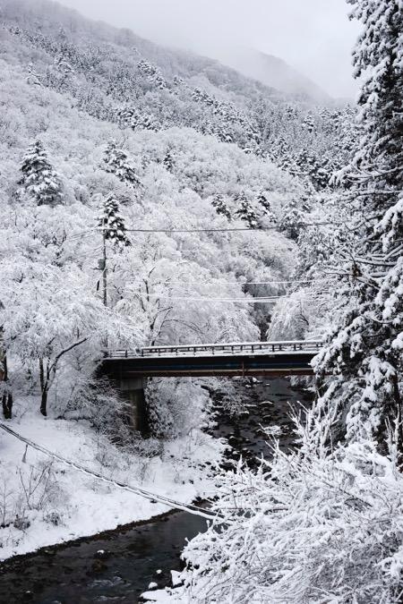雪が降った直後の四万温泉